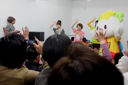 スタジオオープンコンサートで「たかたのゆめちゃん」の歌と振付を披露 左から濱守栄子さん(シンガーソングライター)・永松紗枝さん・たかたのゆめちゃん