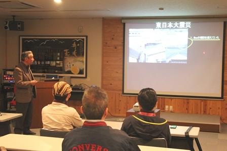 3.11の津波について説明するさいとう製菓・斉藤憲司専務