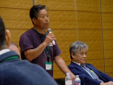 吉澤正巳さん。右は岡山教授