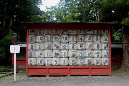 寄贈された酒樽。全国の銘酒が並んでいるよう