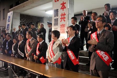 衆議院議員面会所前で要請を受ける民主・共産・社民各議員団