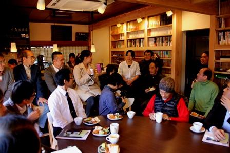 HIBIKI CAFEスタッフ紹介の場面。中央の白いシャツを着た女性がキッチン担当