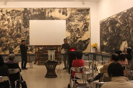 トークは、丸木俊・丸木位里夫妻の作品に囲まれて行われた