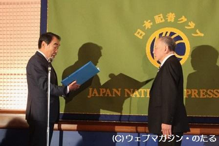 表彰される竹内政明さん(右)