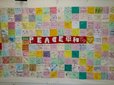 在韓日本大使館前水曜デモ1000回に連帯して作られたキルト