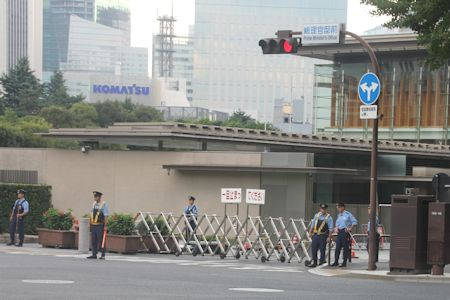 首相官邸正門前交差点。脱原発運動の激化頃から真ん前を封鎖することが多い