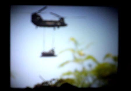 工事用什器をつりさげて搬入する自衛隊機=動画を撮影